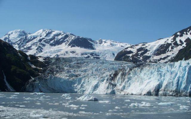 Ледяные горы и море