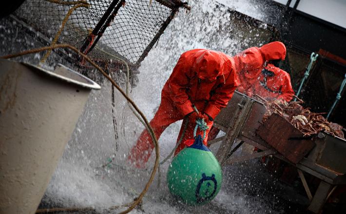 Рыбаки скидывают ловушки на крабов