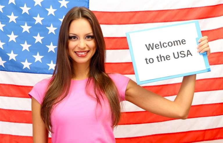 Девушка на фоне флага в США