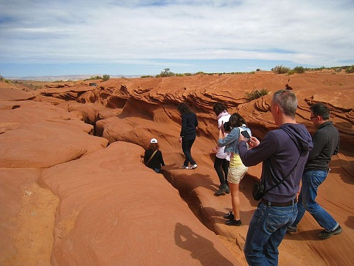 туристы возле расщелины
