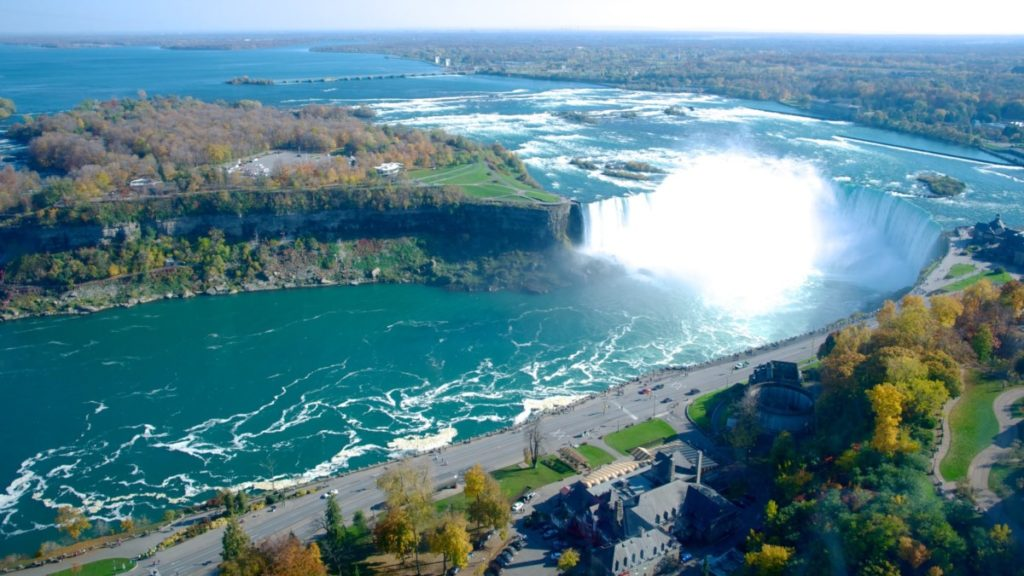 Где находится Ниагарский водопад?