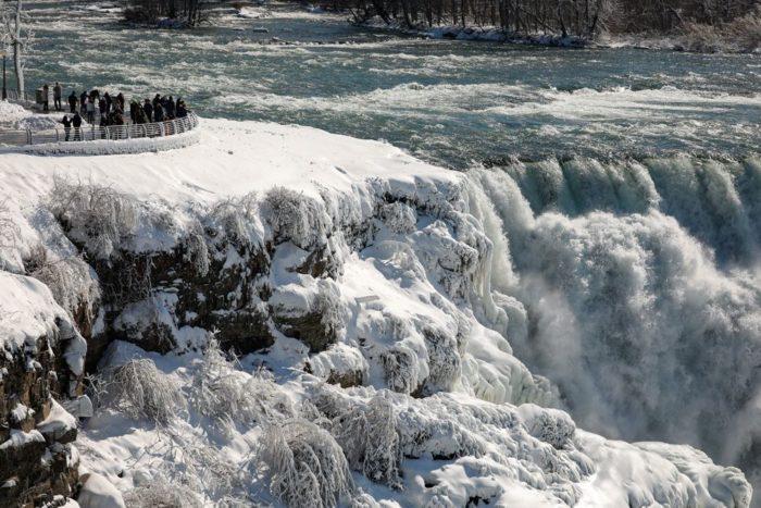 Замерзший ниагарский водопад